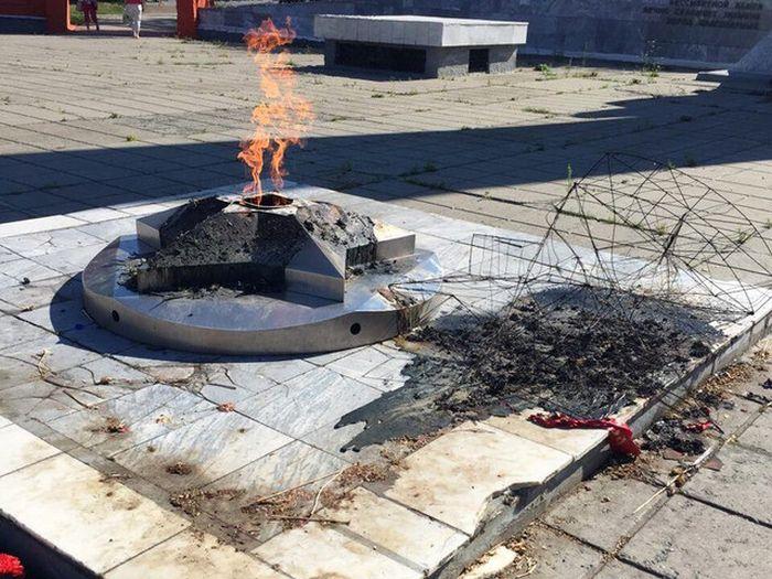 В Миассе неизвестные вандалы разгромили «Вечный огонь» (5 фото)