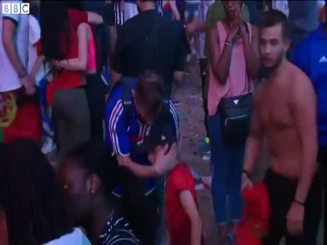 Юный болельщик Португалии утешил французского фаната