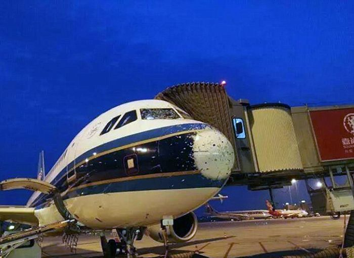 Пассажирский самолет попал под град (5 фото)