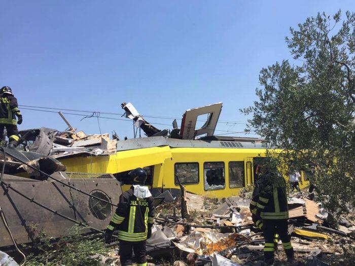 В Италии столкнулись два пассажирских поезда (8 фото + видео)