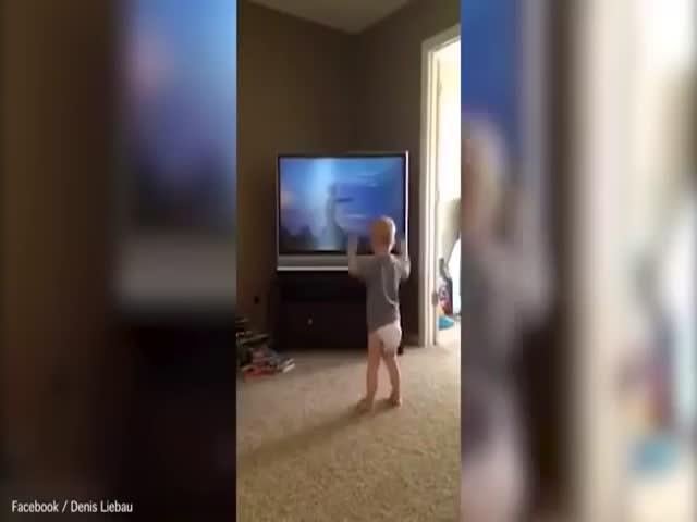 Мальчик подражает Рокки Бальбоа