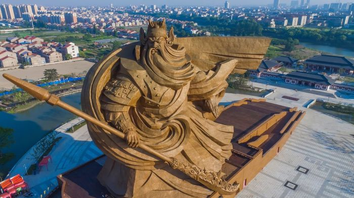 В Китае появилась огромная статуя древнего полководца Гуань Юя (5 фото)