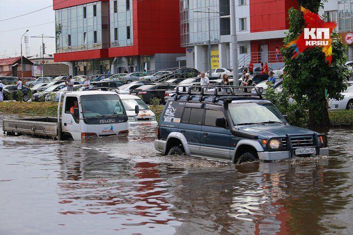Красноярец на внедорожнике вытаскивал другие автомобили во время потопа (3 фото + 2 видео)