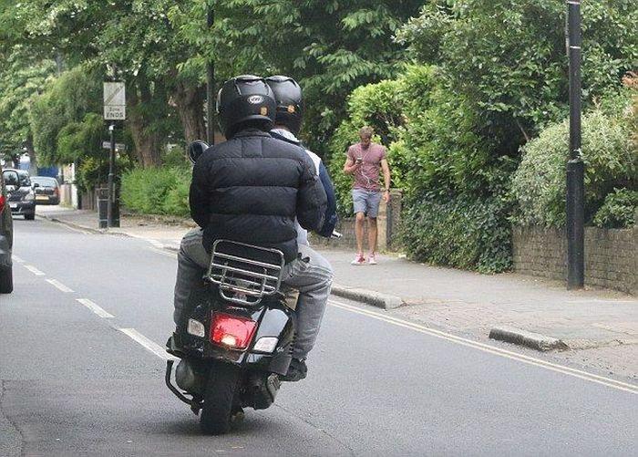 Прохожий с хорошей реакций помешал планам воров на скутере (4 фото)