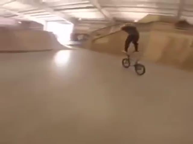 Парень прокатился стоя на руле велосипеда