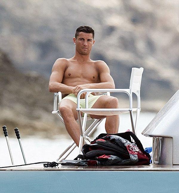Криштиану Роналду отдыхает на яхте в Средиземном море (8 фото)