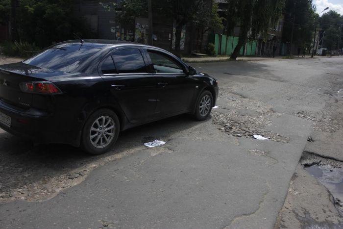 Активисты города Кимры залатали дорожные ямы газетными вырезками (2 фото)