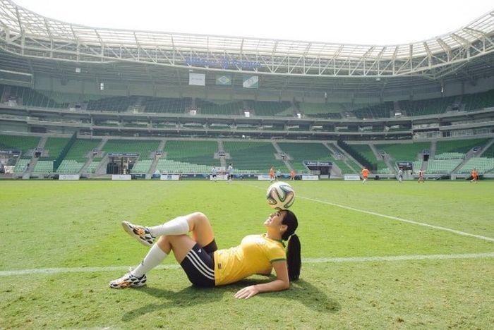 Прекрасная Ракель Бенетти - одна из лучших фристайл-футболисток мира (10 фото + 2 видео)