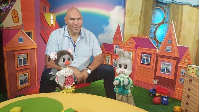 Николай Валуев стал ведущим телепередачи «Спокойной ночи, малыши» (2 фото)