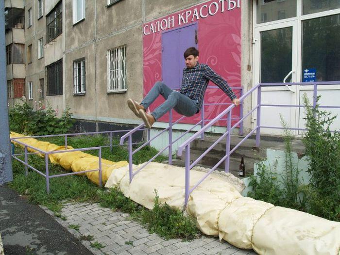 В Челябинске трубы теплотрассы пустили через спортивную площадку (4 фото)