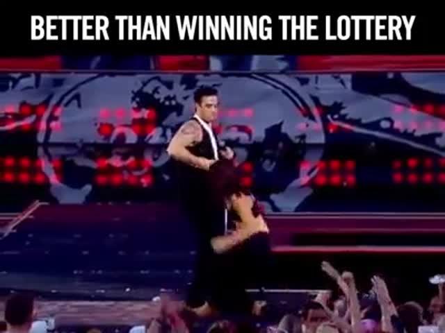 Робби Уильямс зажег толпу танцем с фанаткой