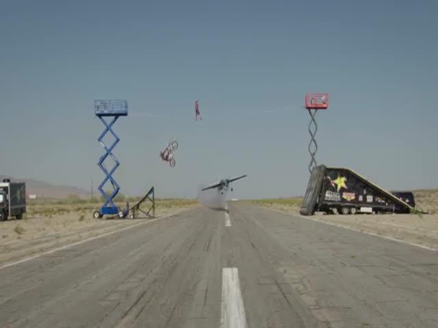 Совместный трюк летчицы, канатоходца и мотоциклиста