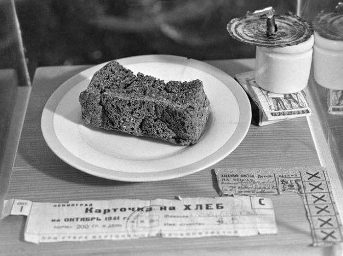 Как выживали в блокадном Ленинграде на 250 грамм хлеба в день (2 фото)