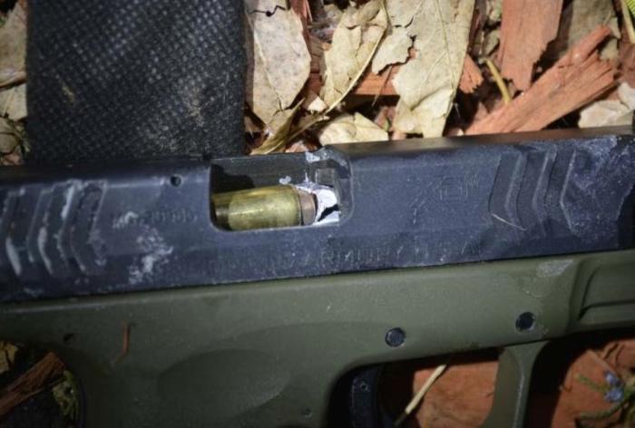 Пуля полицейского, стрелявшего в нападавших на него людей, попала в дуло пистолета преступника (2 фото)