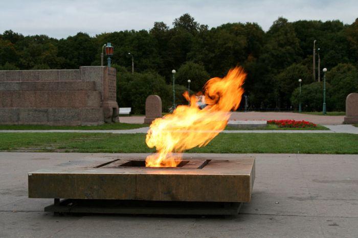 В Санкт-Петербурге неизвестные пожарили шашлык на «Вечном огне» (2 фото)