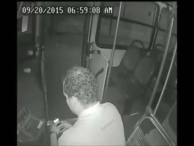 Парень-инвалид пришел на помощь водителю автобуса