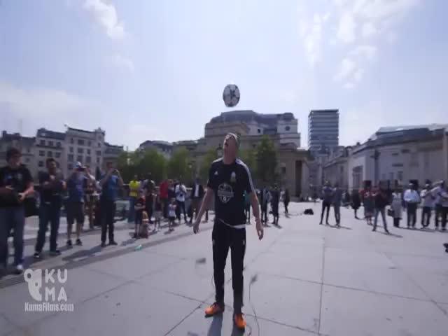 Футбольный фристайл от Дэна Магнесса в центре Лондона