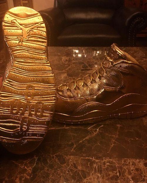 Рэпер Дрейк похвастался золотыми кроссовками OVO x <b>Air</b> ...