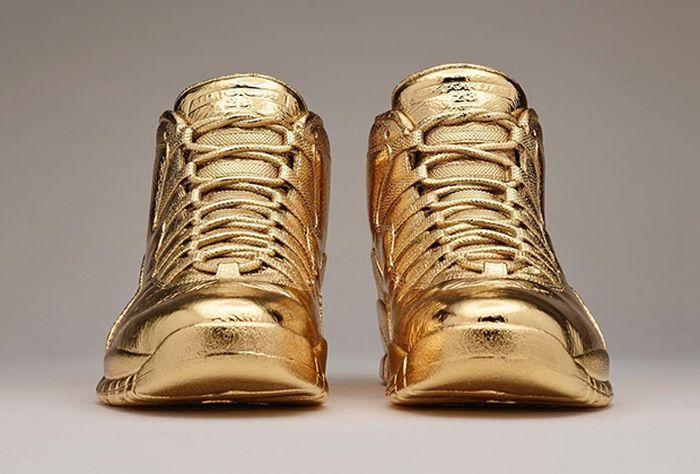 Рэпер Дрейк похвастался золотыми кроссовками OVO x Air Jordan 10 (4 фото)
