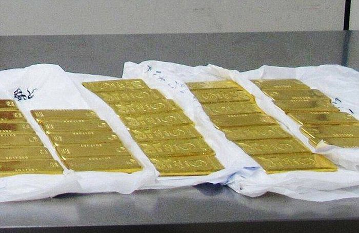 Китайские таможенники изъяли у туристов 76 кг контрабандного золота (5 фото)