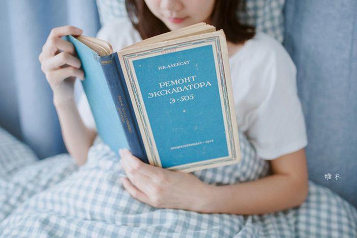 Молодая китаянка выбрала не ту книгу для фотосета (2 фото)