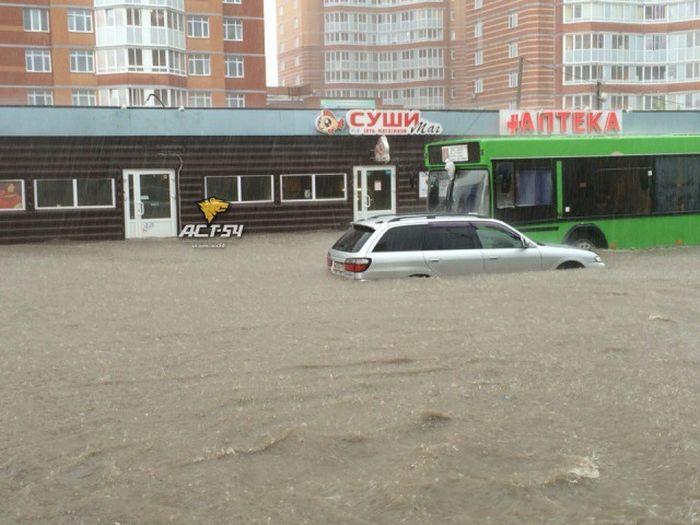 В Новосибирске после сильного дождя начался потоп (13 фото + видео)