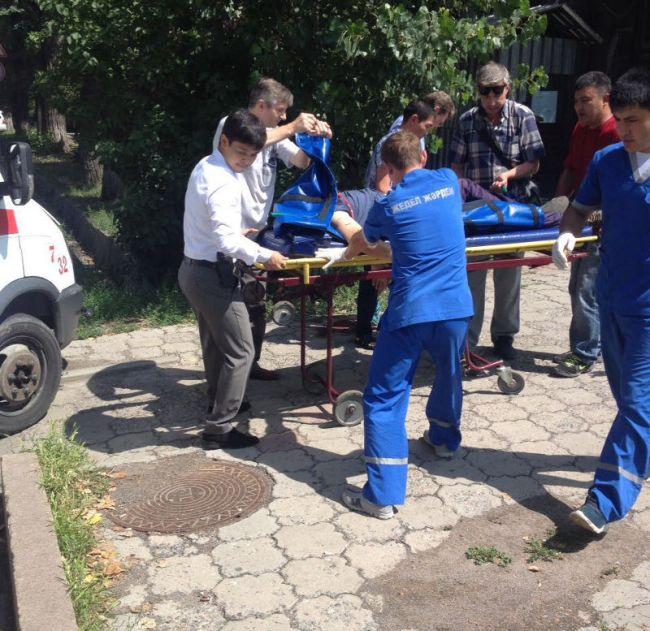 В Алма-Ате вооруженный автоматом мужчина открыл огонь возле РУВД