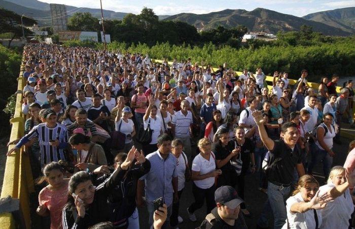 130 000 жителей Венесуэлы пересекли границу с Колумбией, чтобы купить товары первой необходимости (5 фото)