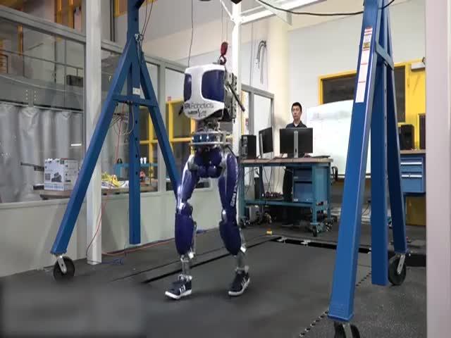 Робот DURUS ходит как человек