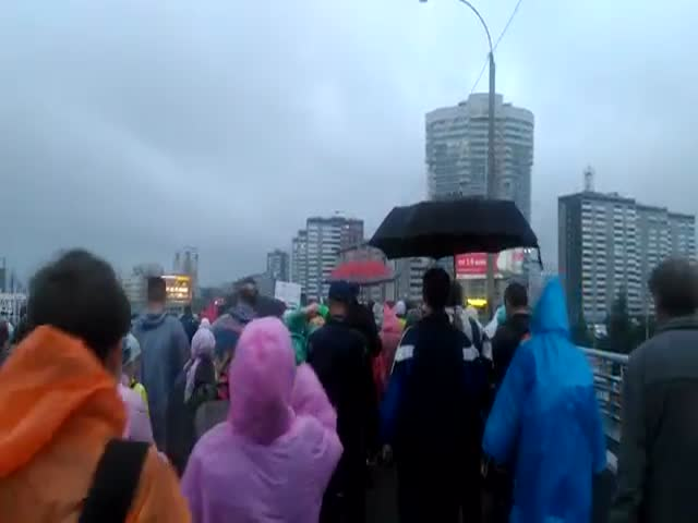 В Екатеринбурге участники крестного хода расшатали бетонный мост