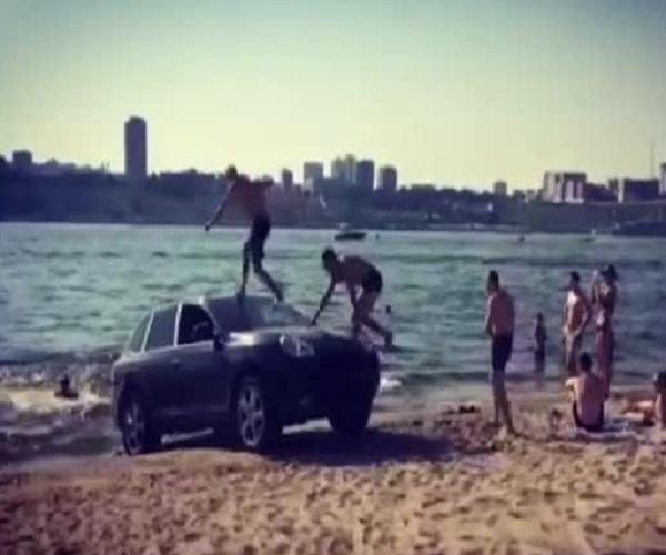 Необычный аттракцион на пляже Волгограда