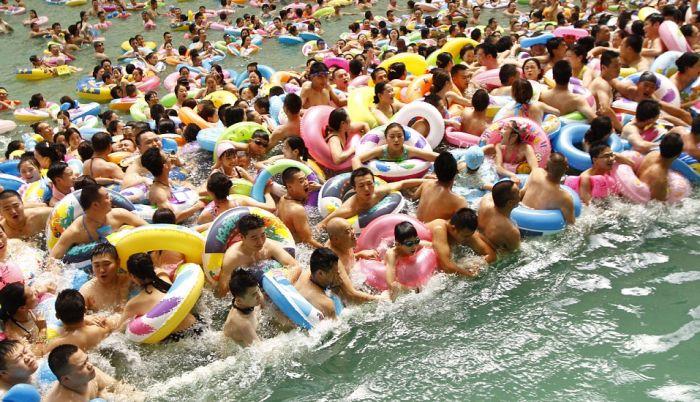 10 000 китайцев отдохнули в самом большом крытом бассейне страны (6 фото)