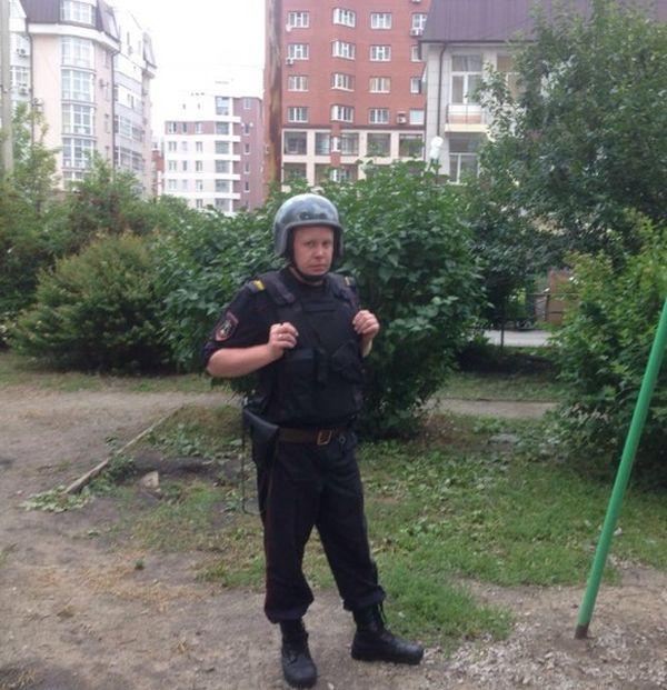 В Екатеринбурге вызвали автоматчиков, чтобы прогнать детей с детской площадки (2 фото + видео)