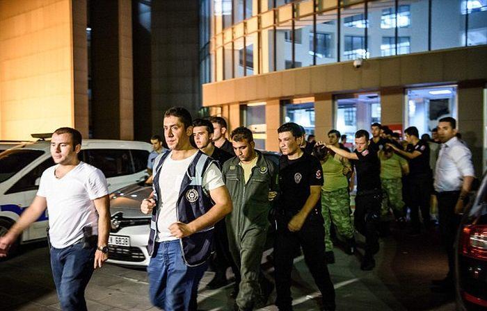 Как поступили с участниками военного мятежа в Турции (18+) (13 фото + видео)