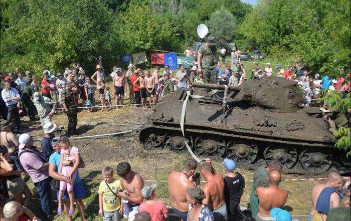 В Воронежской области со дна Дона подняли единственный сохранившийся танк Т-34-76 Сталинградского тракторного завода (6 фото)