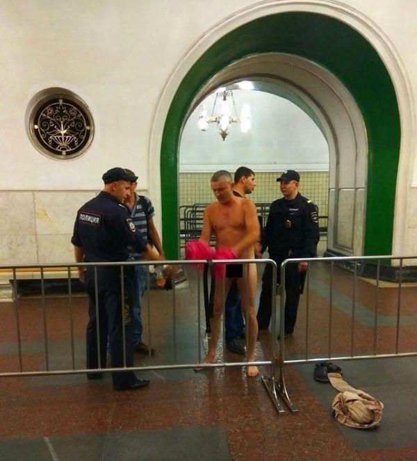 В Москве полицейские заставили догола раздеться пассажира метро для личного досмотра (3 фото)