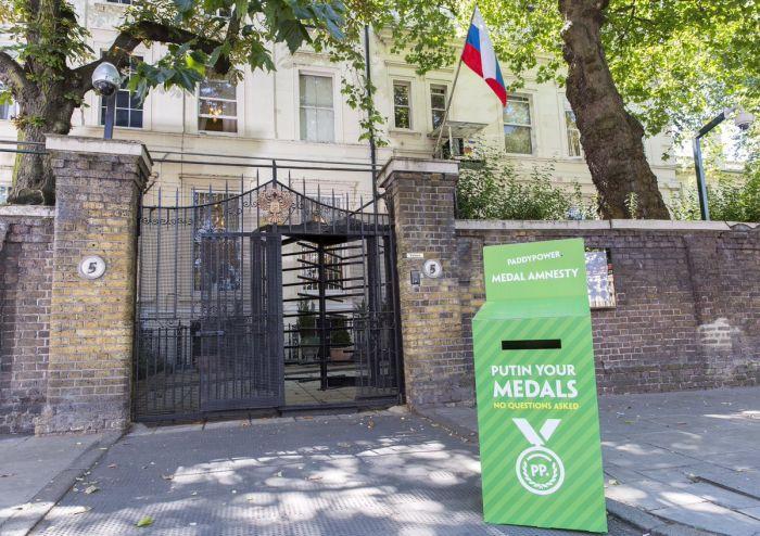 У российского посольства в Великобритании установили коробку для возврата медалей (2 фото)