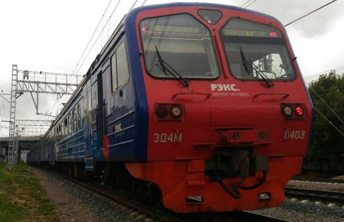 Электропоезд МКЖД оказался шире платформы (2 фото)