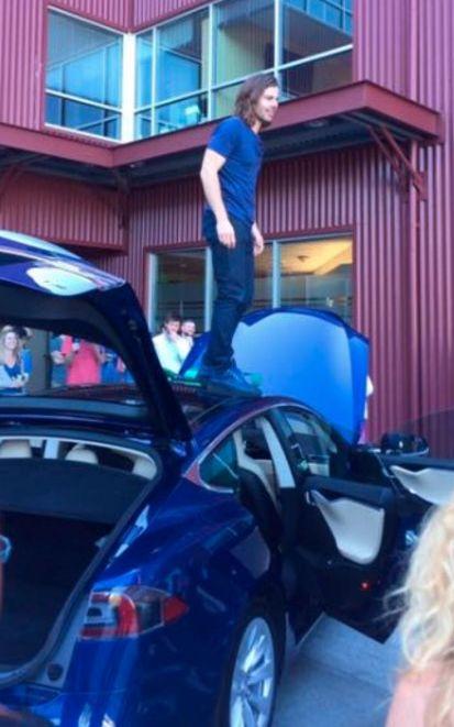 Сотрудники отблагодарили босса за повышение зарплаты машиной TeslaВ США подчиненные отблагодарили своего директора покупкой электромобиля Tesla Model S (4 фото)
