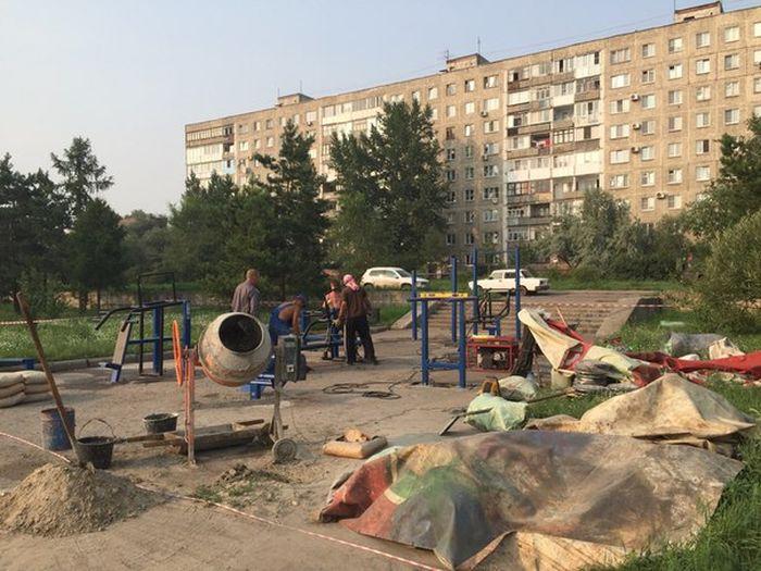 В Омске уличные тренажеры установили посреди тротуара (2 фото)