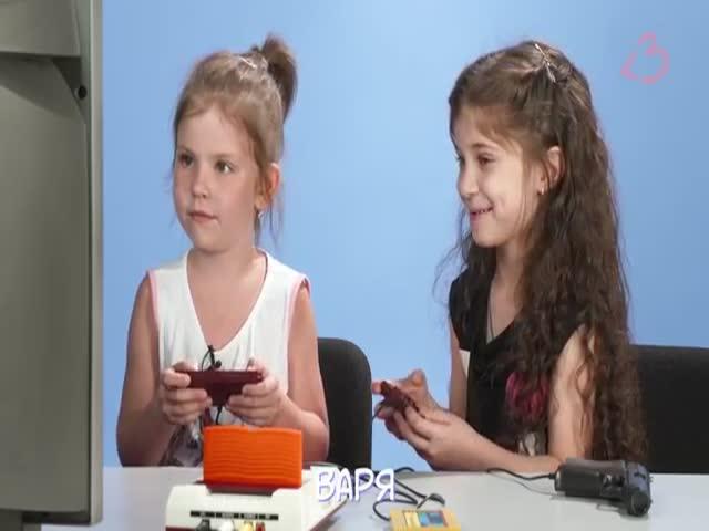 Современные дети играют в 8-битную приставку
