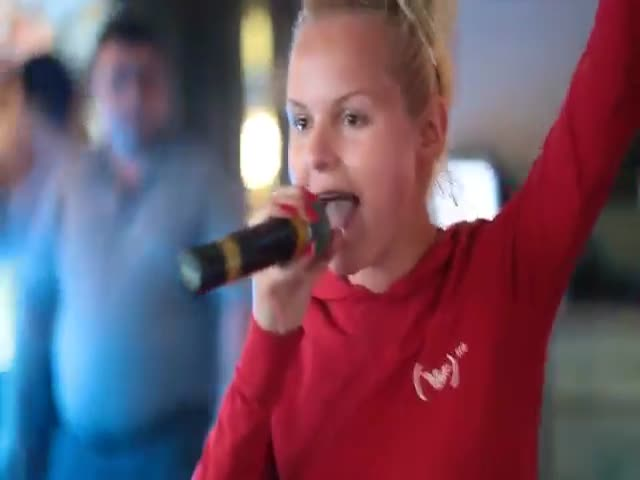 Юная Алиса Вокс, исполнительница песни «Экспонат», шикарно поет