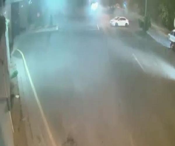 Турецкий боевой вертолет обстреливает полицейские машины