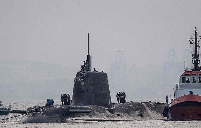 Британская атомная подводная лодка столкнулась с торговым судном (2 фото)