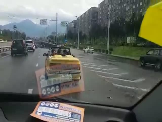 Пассажиры кабриолета вычерпывают воду после ливня