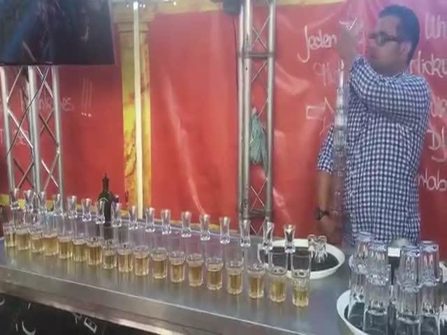 Бармен одновременно приготовил 17 коктейлей Ягер бомб