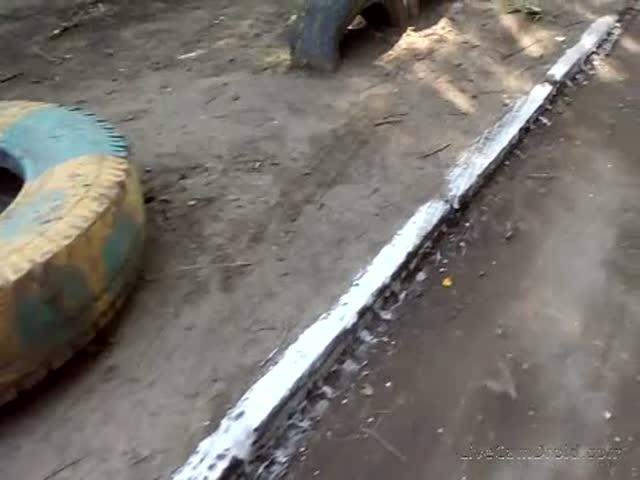 В Омске ко дню города покрасили грязь в одном из дворов