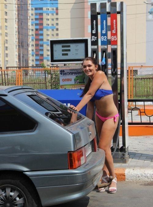 Самарская АЗС раздавала бесплатное топливо автоледи в купальниках (12 фото)