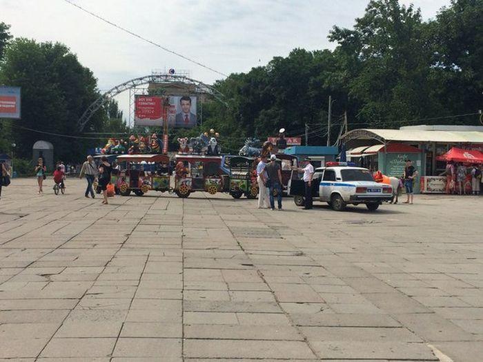 С центральной площади Саратова эвакуировали детский паровозик (5 фото)