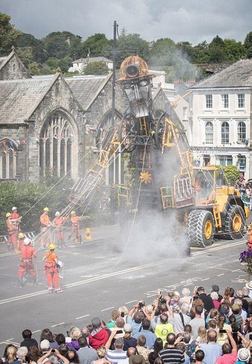 По Великобритании провезут 10-метровую механическую куклу (14 фото)
